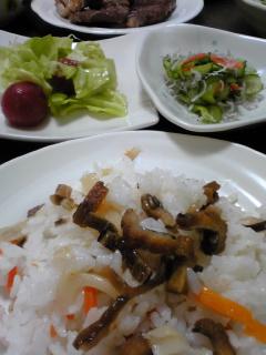和風な晩ごはん。穴子ちらし寿司、ちりめん主体の酢の物、キャベツ和え。